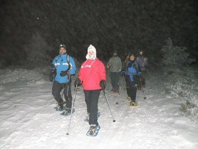 Full moon snowshoeing tour + dinner in Navacerrada