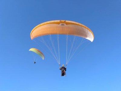 Simultaneous paraglider flight in Alhama de Murcia