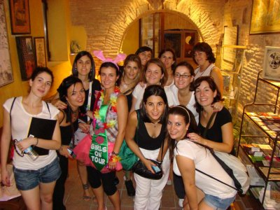Pack Estrella: Gymkhana, dinner, show, club.