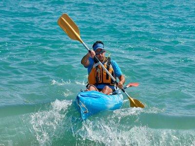 Single seater kayak rental in Tamarit beach 2h