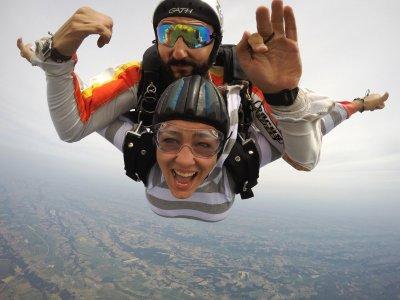 Tandem parachute jump 13,000ft in Pau