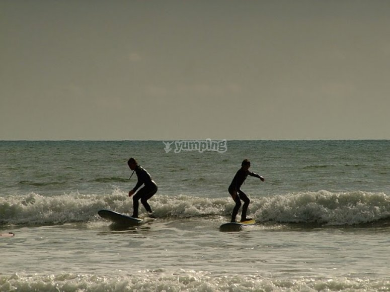 Surfing duo