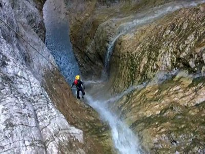 Abseiling in Foz de la Canal canyon, intermediate