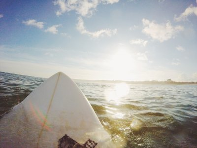 Wetsuit + surfboard/paddleboard rental for 1 hour