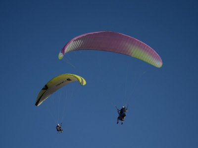 Non-Simultan. Paragliding Couple Alarilla & Video