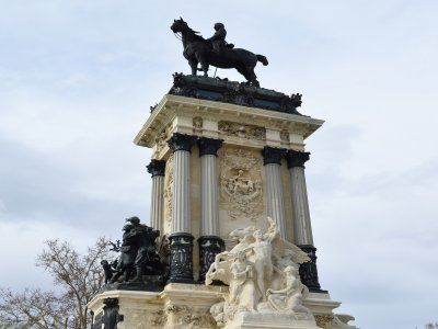 Guided tour El Retiro: among Legends and Palaces