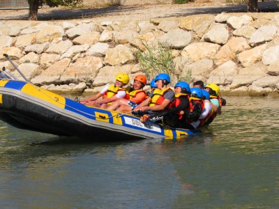 Rafting, lunch and drink adults in river Segura