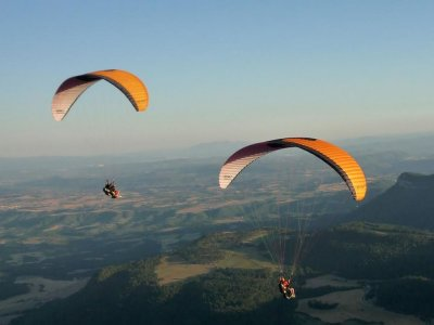 Simultanous Paraglider Flight for 2 in Aviá