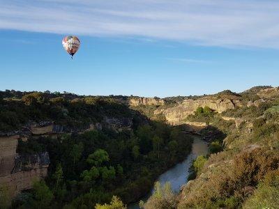 1h hot air balloon ride children river Alcanadre