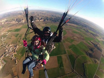 Paraglider flight acrobatics and video Arcones