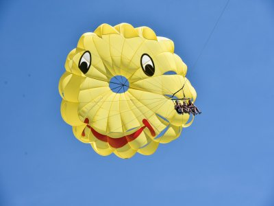 Boat trip and parasailing in Roses bay
