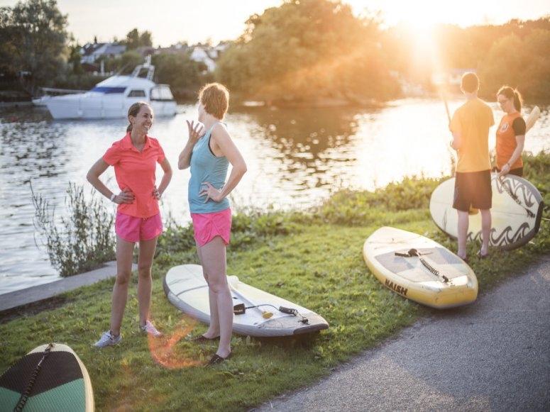 Paddleboard peers