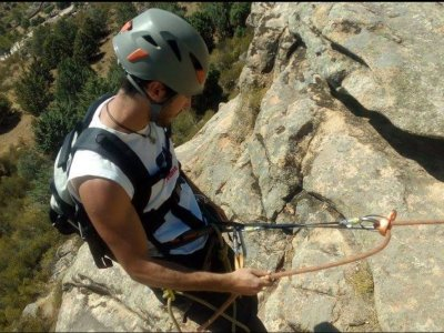 Rappelling techniques and rope manoeuvres course
