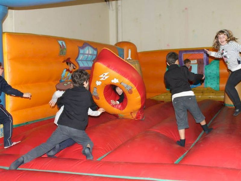 Spuma party, inflatable castles, balloon twisting or theatre